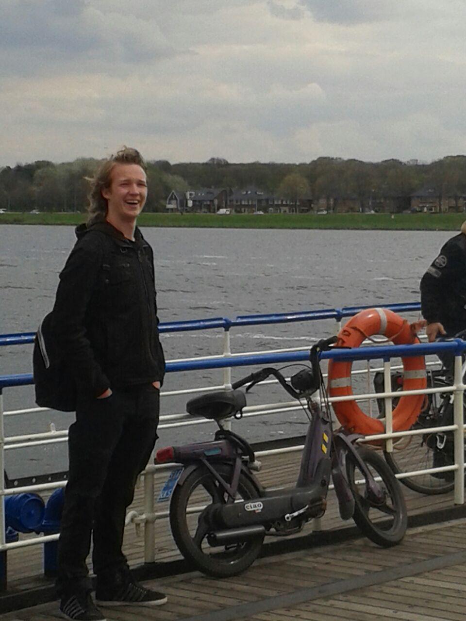 Ik op de pont van Velsen Noord naar Velsen Zuid met de Milka paarse Ciao Mix